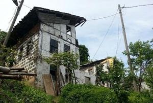 Rizeli kardeşler çareyi evi ikiye bölerek buldu