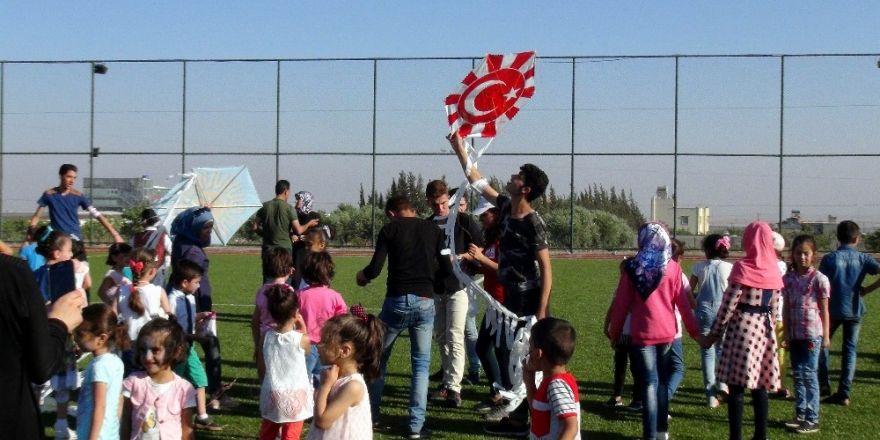 Türk ve Suriyeli çocuklar uçurtma şenliğinde eğlendi