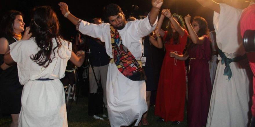Protokolü Roma dönemine ait kıyafetleriyle karşılayıp dans ettiler