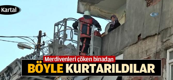 Merdivenleri çöken binada mahsur kaldılar