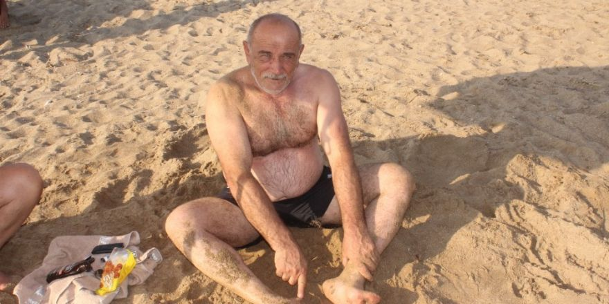 Sahile gelen vatandaşlar ayaklarına yapışan siyah maddeyle şaşkına döndü