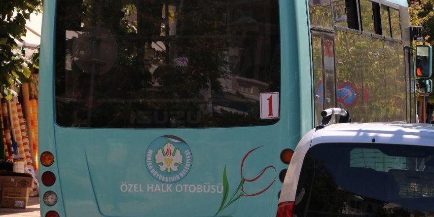 Halk otobüsü şoförü parklanmaya kızdı, yolu trafiğe kapattı