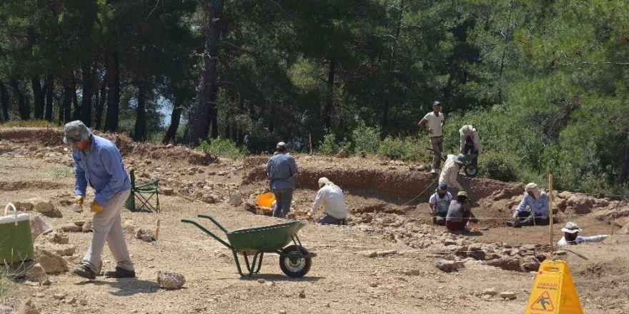 Söylentilere inanan defineciler kazı alanını talan etti