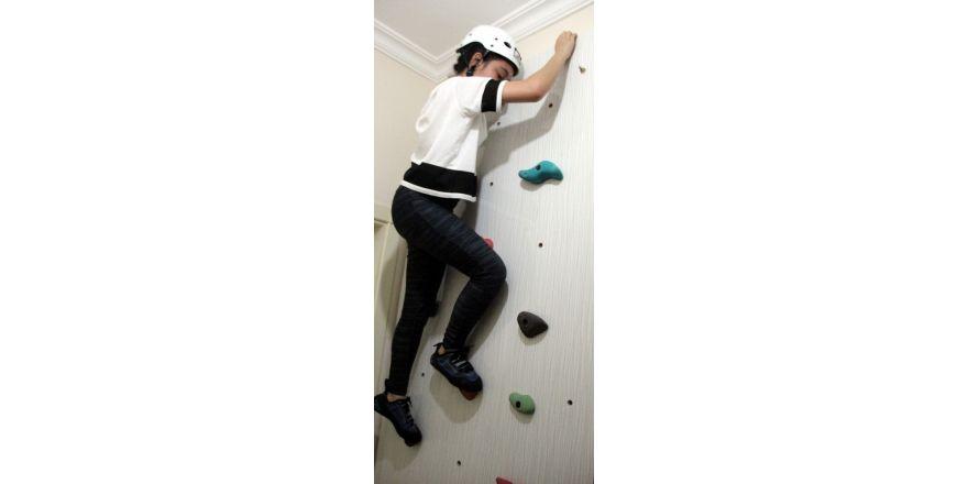 Kızını dağcılık sporuna alıştırmak için evine tırmanma duvarı yaptı
