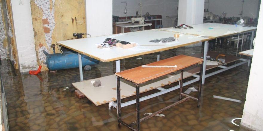 Yenibosna'da iş yerlerini su bastı