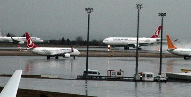 THY'nin 13 uçağı yağış nedeniyle Atatürk Havalimanı'na inemedi