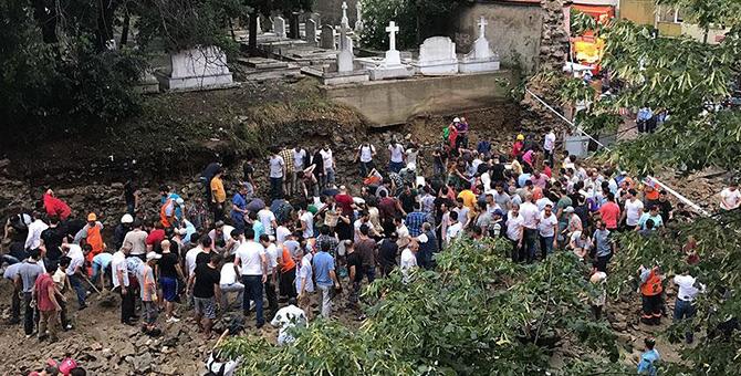Şiddetli yağış mezarlık duvarını çökertti