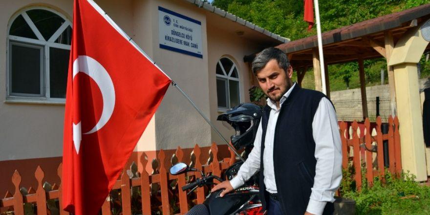 Motosikletinde bayrak taşıyarak mehter marşıyla geziyor