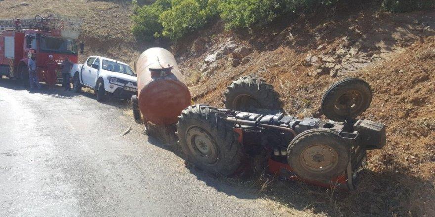 Traktör devrildi: 2 ölü, 1 yaralı