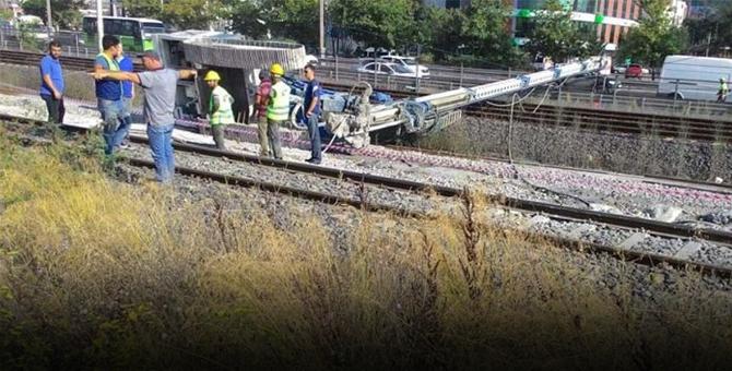 Sıcak Gelişme: İzmit'te sondaj makinası devrildi: Tren seferleri durdu