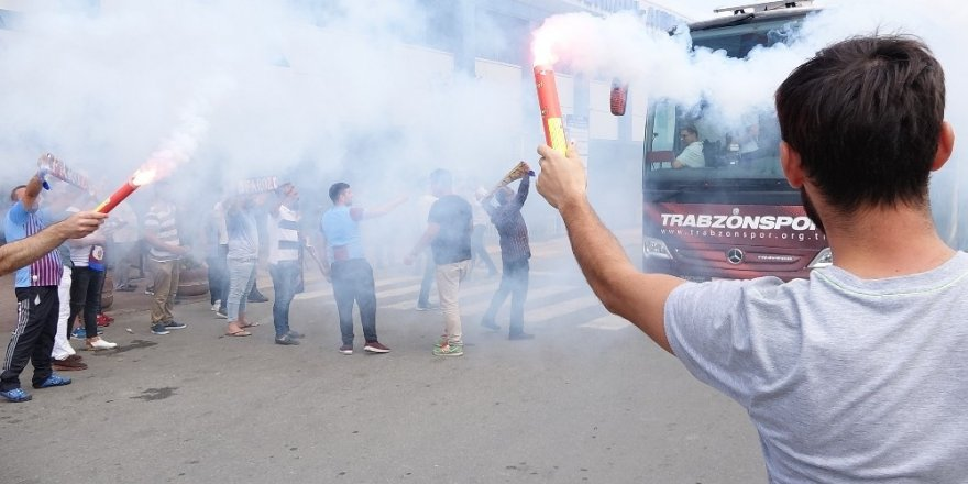 Trabzonspor, İstanbul'a meşalelerle uğurlandı