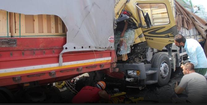 TEM'de feci kaza: Kamyon ve tır birbirine çarptı