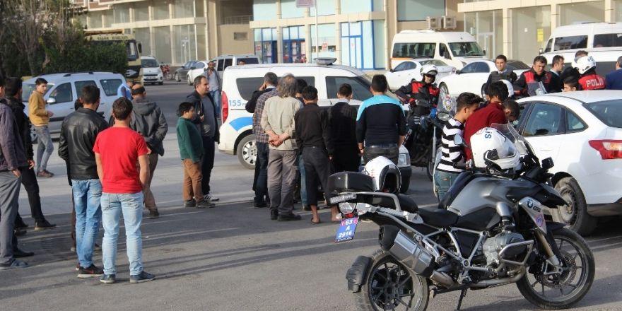 Düzce'de motosiklet otomobile çarptı: 4 yaralı