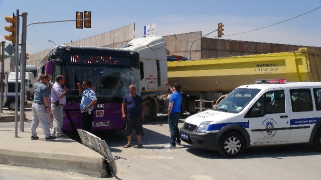 Kartal'da Halk Otobüsü ile Tır Kafa Kafaya Çarpıştı