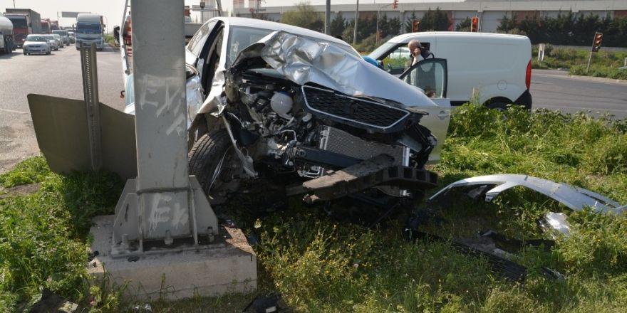 Aliağa'da kamyonet ile otomobil çarpıştı: 2 yaralı