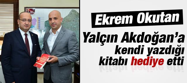 Gazeteci & Yazar Ekrem Okutan, Yalçın Akdoğan'a Kitap Hediye Etti