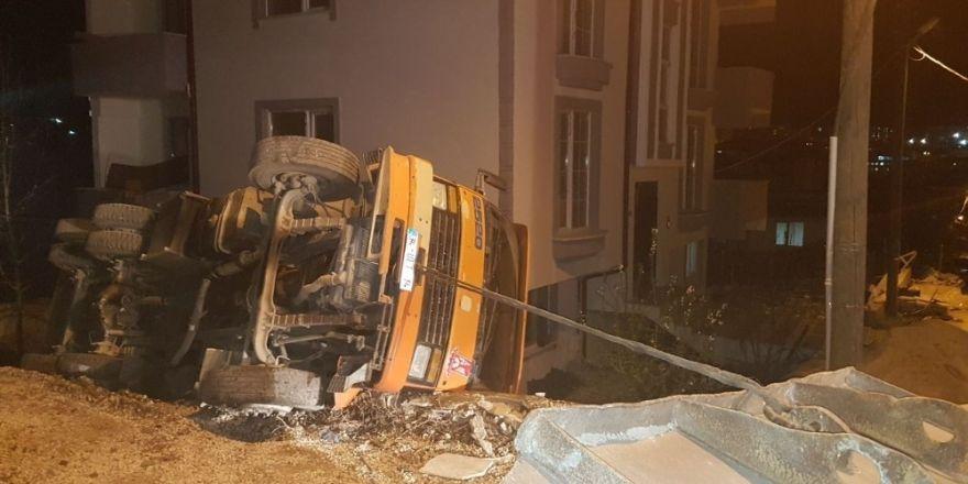 Yan yatan kamyonun sürücüsü yaralandı
