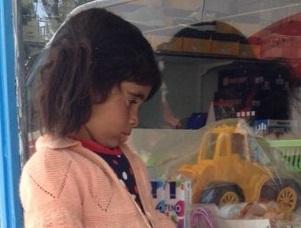 Oyuncak vitrinine bakan Merve'ye oyuncak yağdı