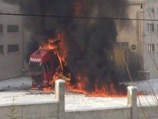 Kayseri'de alev alan TIR kül oldu