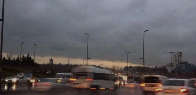 İstanbul'da yağmur bulutu nedeniyle gün, adeta geceye döndü