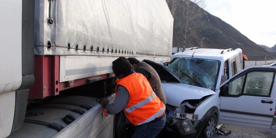 Erzincan'da panelvan tırın altına girdi: 2 yaralı