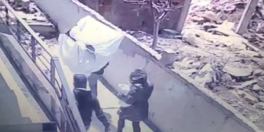 Sultanbeyli'de Güpegündüz televizyon hırsızlığı kamerada