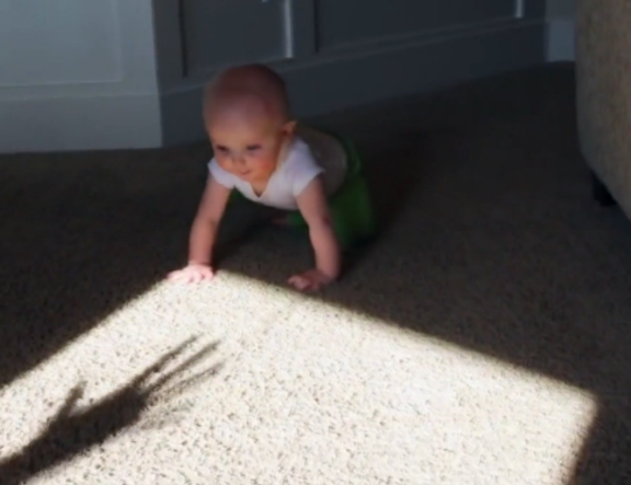 Babasının elinin gölgesinden ürperen bebek