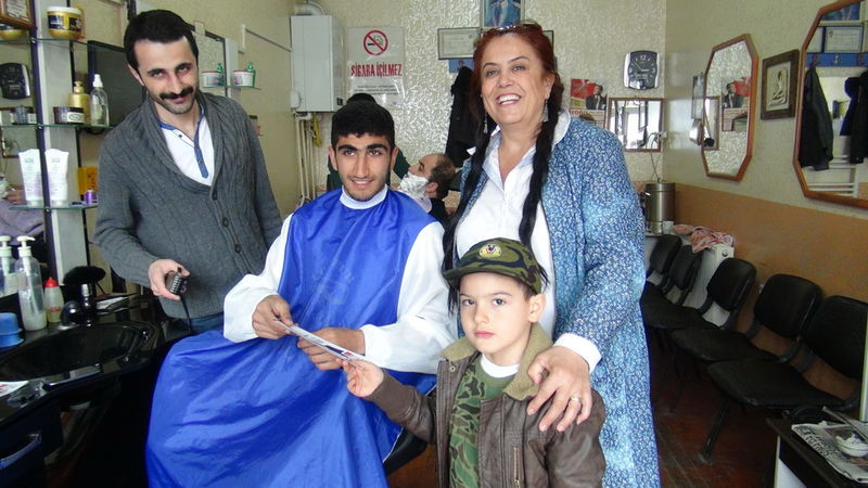 Kars'ın CHP'li adayı 5 yaşındaki oğluyla oy istiyor