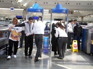 Havalimanlarında artık elle arama yapılacak