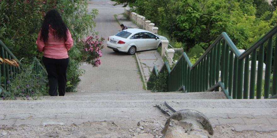 Park halindeki otomobil 20 metrelik merdivenlerden uçtu