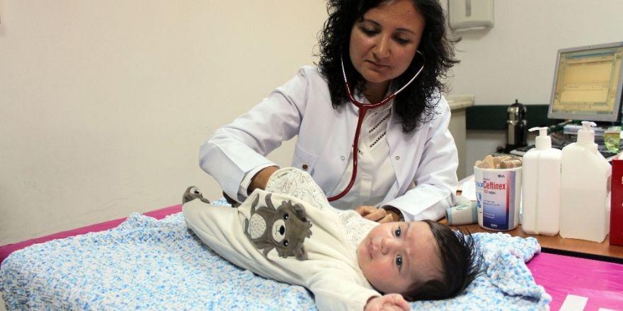 Uzmanlardan gaz sancısı olan bebeklerin annelerine uyarılar