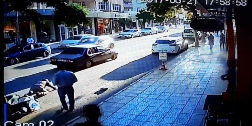 Otomobilin elektrikli bisiklete çarpması kameralara yansıdı