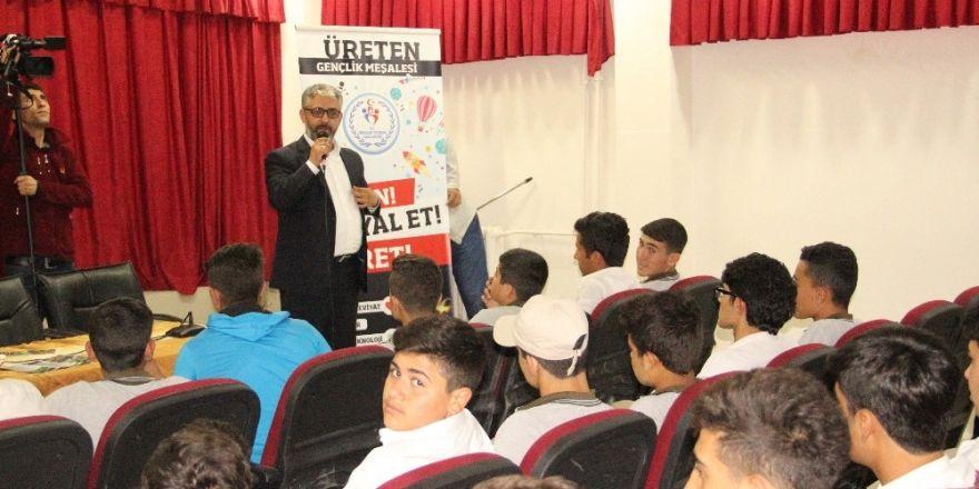 'Üreten Gençlik' projesinde Gazeteci Erem Şentürk öğrencilerle buluştu