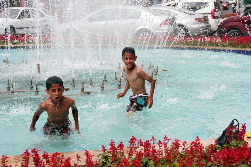 Adana'da çocuklar süs havuzunda serinledi