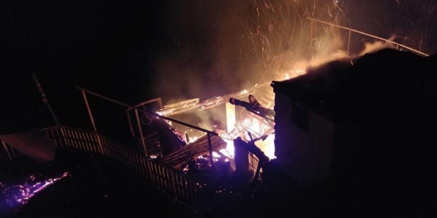 (RİZE) Rize Çayeli ilçesinde yangın... 3 ahşap ev kullanılmaz hale geldi