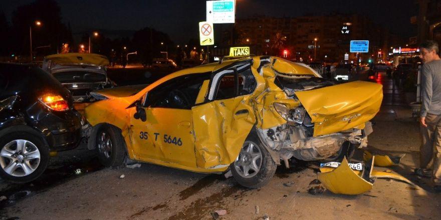 İzmir'de trafik kazası:2 ağır yaralı