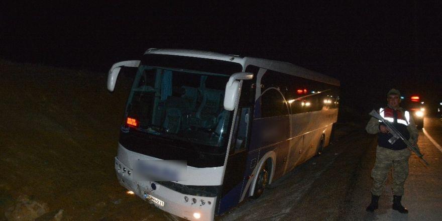 Farları bozulan yolcu otobüsü su kanalına düştü