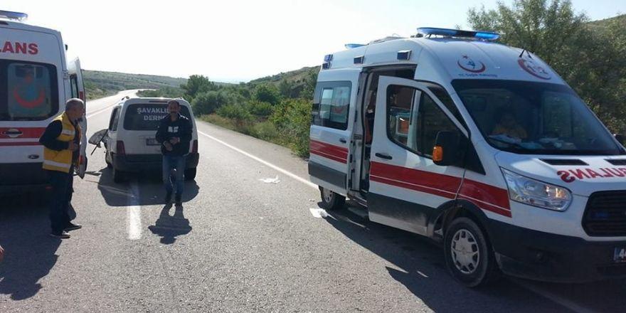 Hafif ticari araç kamyona çarptı: 2 yaralı