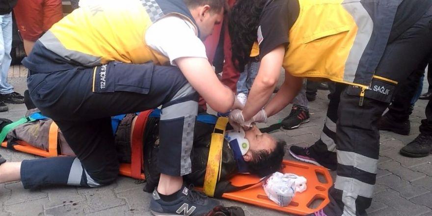 Otomobillere çarpan motosiklet sürücüsü ağır yaralandı