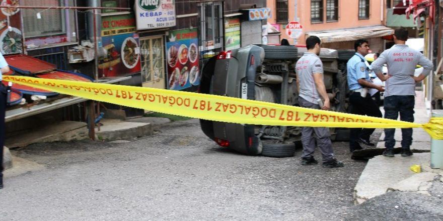 Kadın sürücü doğalgaz borusuna çarpıp aracıyla böyle takla attı