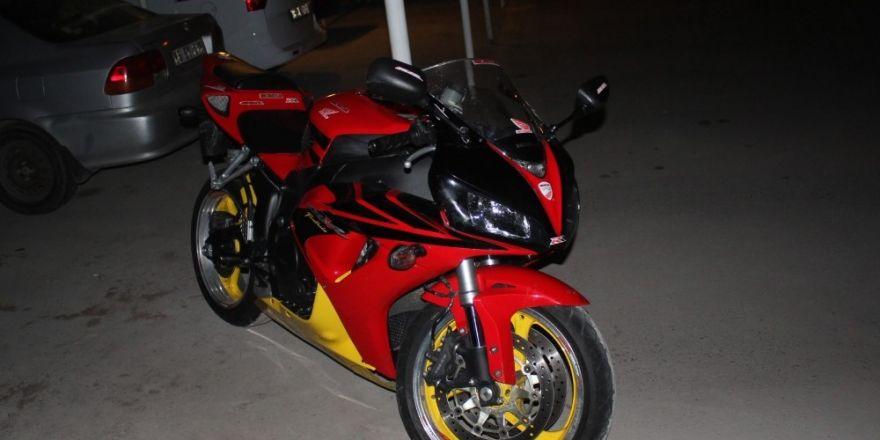 Manavgat'ta plaka ve şase numarası olmayan motosiklet yakalandı