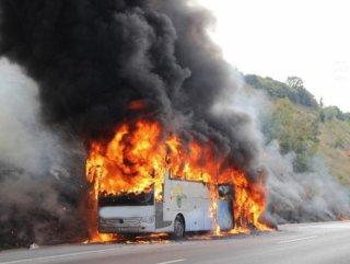İzmit'te Yolcu otobüsü alev alev yandı
