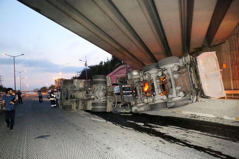 TEM'de Damperini Açık Unutan Kamyon Köprüye Çarptı