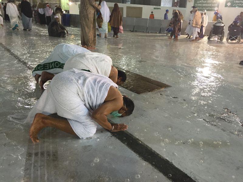 Kabe'de hacı adaylarına yağmur sürprizi