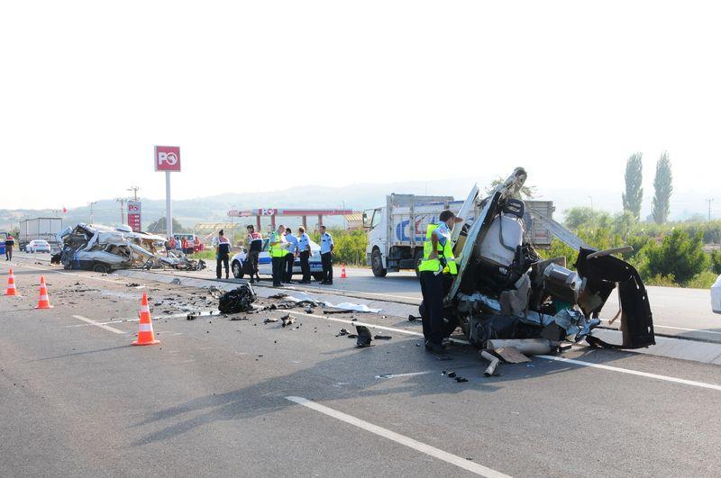 Lapseki'de Feci Kaza! Araç ikiye bölündü