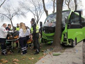 Sarıyer'de Minibüs Ağaca Çarptı 5 Yaralı Var