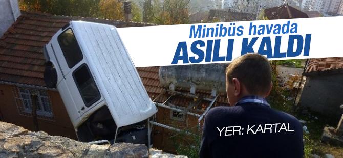 Kartal'da Freni Boşalan minibüs evin üzerine uçtu