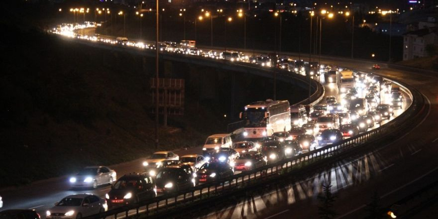 Tatilciler dönüş yolunda trafikte kaldı