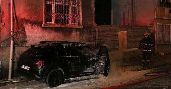 İstanbul Fatih'te 3 otomobil kundaklandı