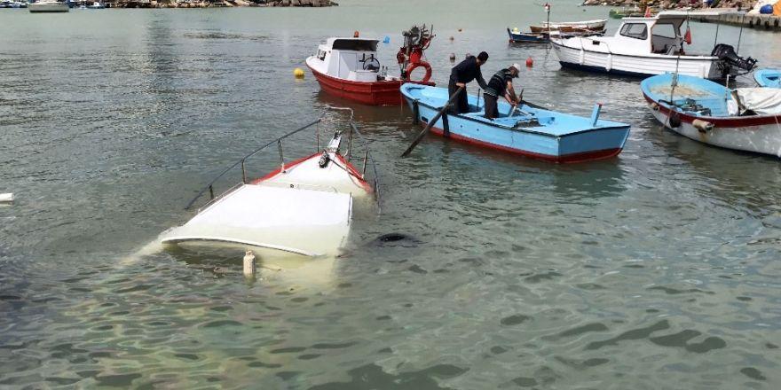 Fırtına, balıkçı barınağında tekne batırdı